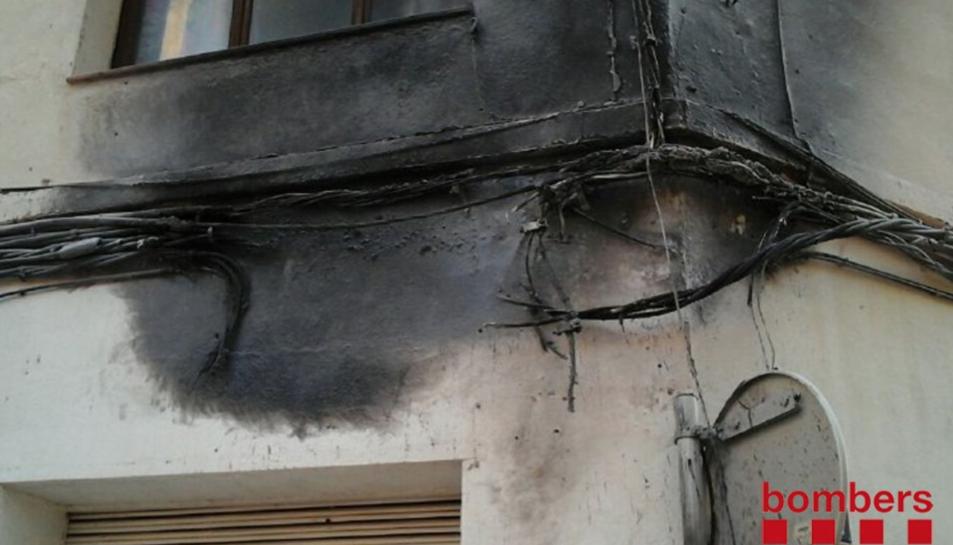 El foc ha deixat el cablejat calcinat.