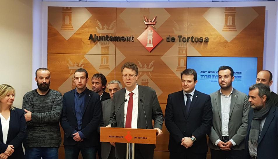L'alcalde de Tortosa, Ferran Bel, al centre de la imatge, presentant la candidatura al certamen esportiu.