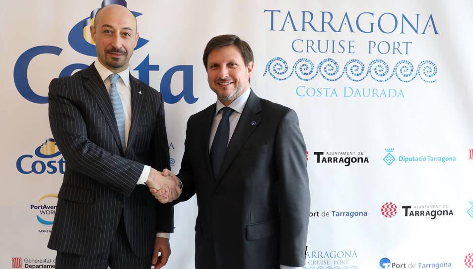 El director general de Costa Cruceros a Espanya i Portugal, Raffaele D'Ambrosio, i el president del Port de Tarragona, Josep Andreu, en una encaixada de mans durant la roda de premsa d'aquest dimecres.