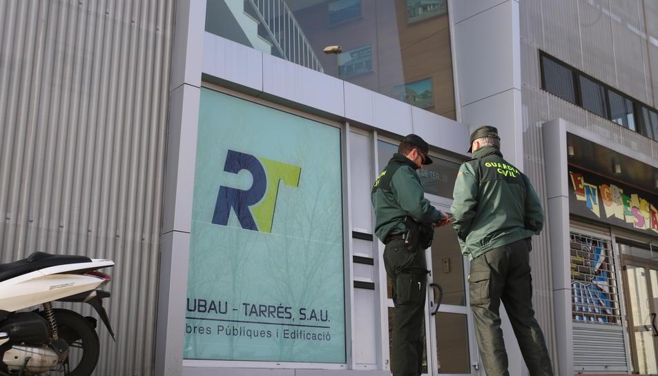 Dos agents de la Guàrdia Civil a la porta de les oficines de Rubau i Tarrés de Girona aquest dijous.