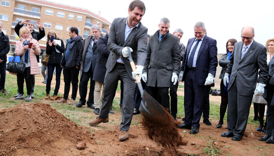 El conseller de Salut, Antoni Comín, colga amb terra la primera pedra del nou CAP d'Amposta acompanyat de les autoritats locals.