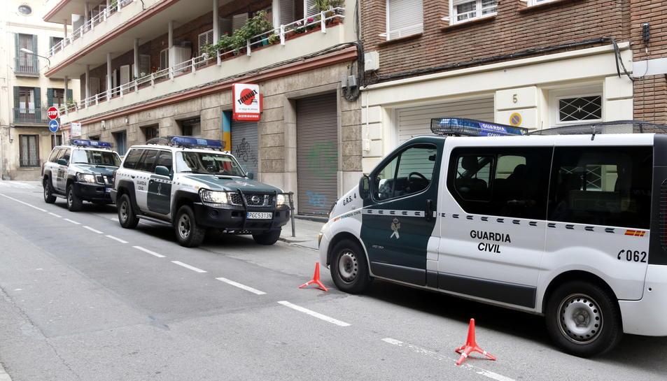 Vehicles policials de la Guàrdia Civil al carrer del barri de Sarrià on té el domicili l'extinent d'alcalde de Barcelona, Antoni Vives.