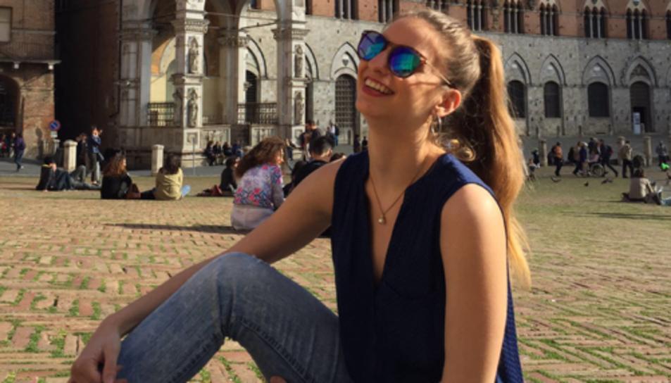 La jove tarragonina a la Piazza del Campo, on es fa el Palio.