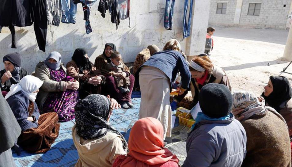 Imatge de persones desplaçades a un centre de refugiats de Jibreen, a Alepo.