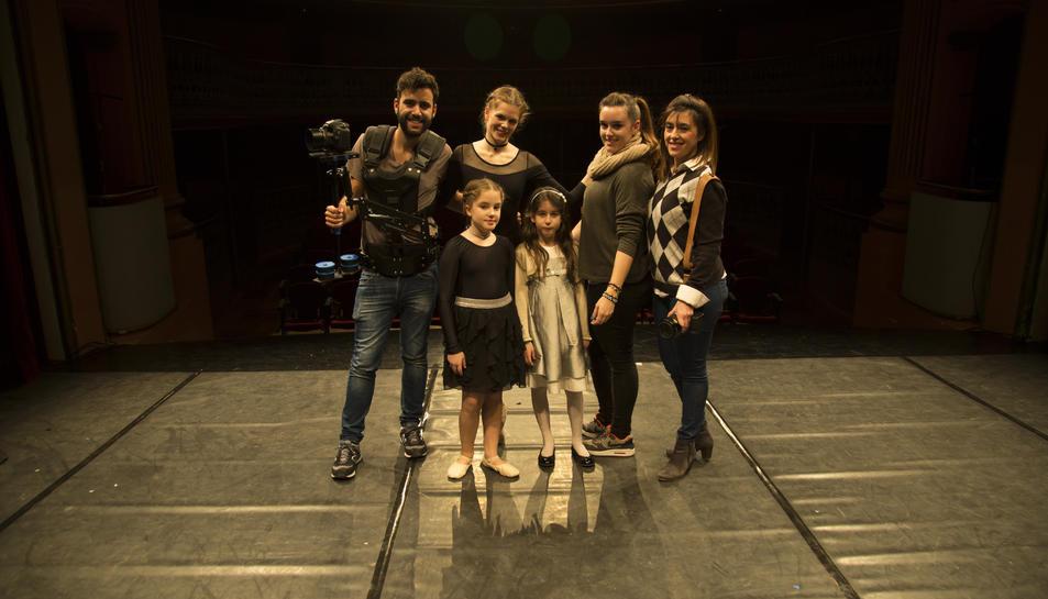 Marta Arjona, la segona per la dreta, amb les ballarines i l'equip que van enregistrar el vídeo.