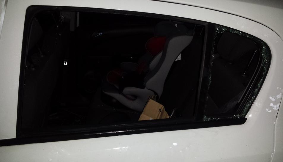 Un dels tres vehicles afectats pel robatori amb força.