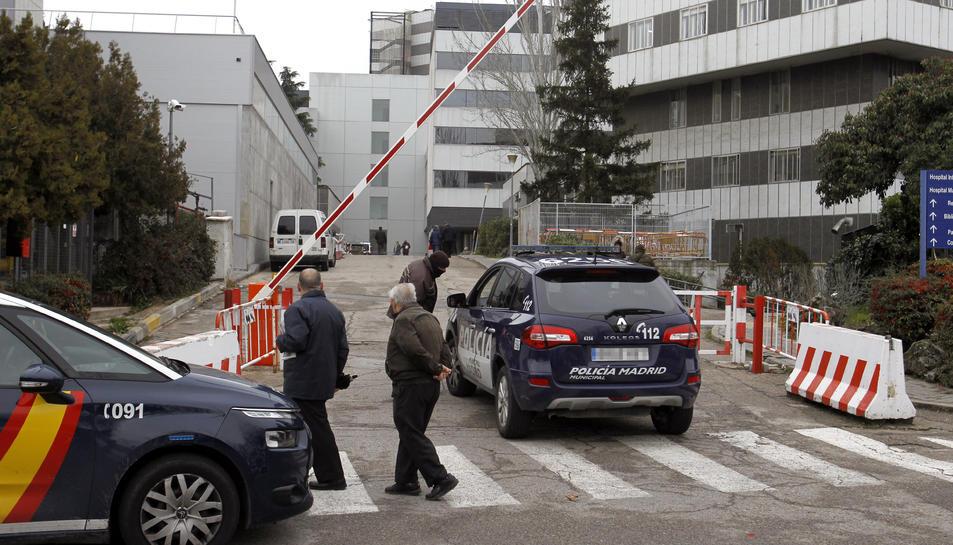 Dotacions policials en un dels accessos a l'hospital de La Pau aquest divendres.