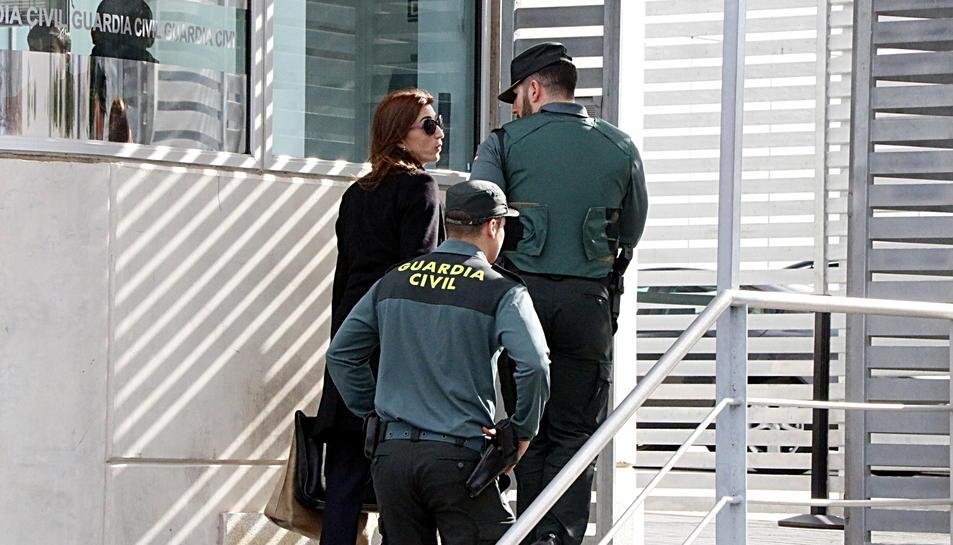 Judit Gené, advocada d'Andreu Viloca i Francesc Sánchez, accedint a la comandància de Tarragona acompanyada de dos agents de la Guàrdia Civil.