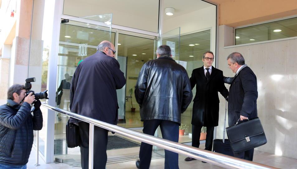 Advocats del cas Freginals entrant amb el propietari de l'empresa de l'autocar sinistrat als Jutjats d'Amposta.