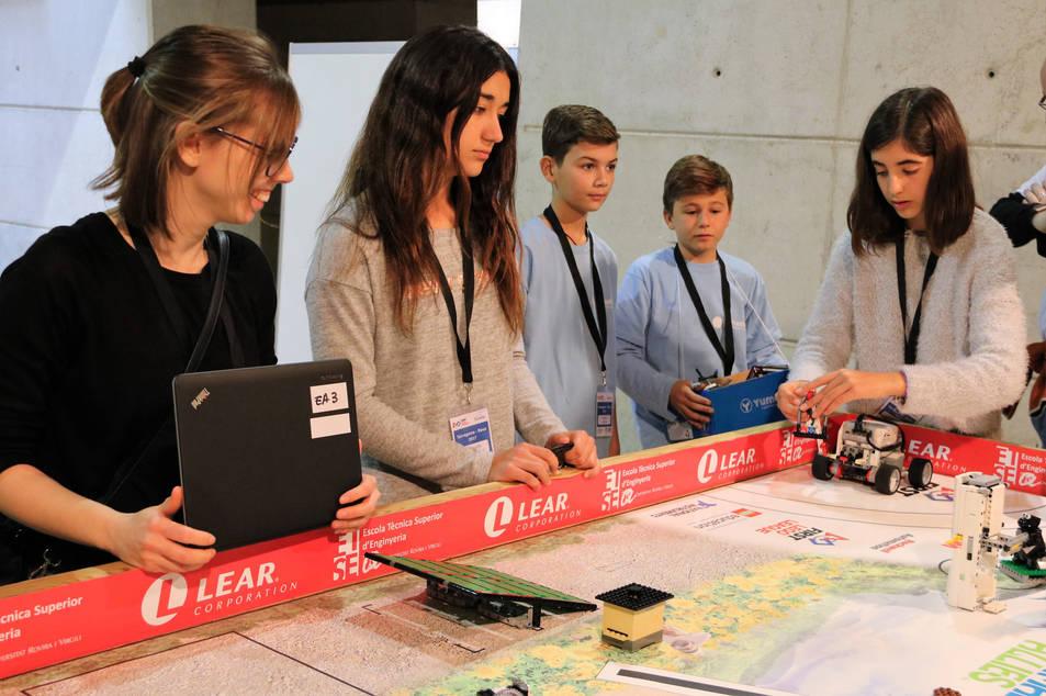 Un grup participant a la First Lego League a Tarragona entrenant amb el robot abans de la competició.