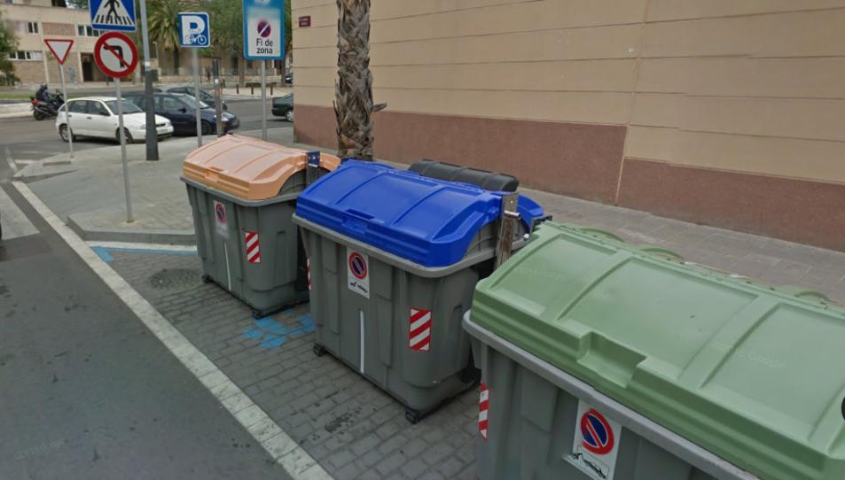 El foc ha afectat el contenidor de plàstic situat davant La Palma.