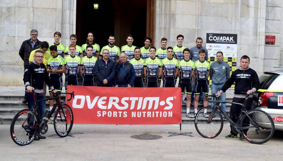 Els membres del Club Ciclista Camplar amb un dels patrocinadors.