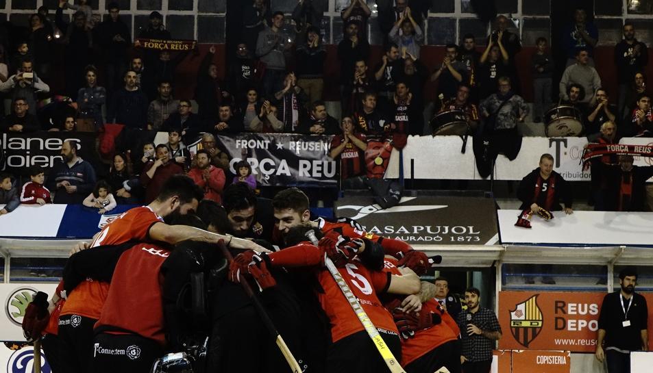 Els jugadors del Reus Deportiu, celebrant el primer lloc.