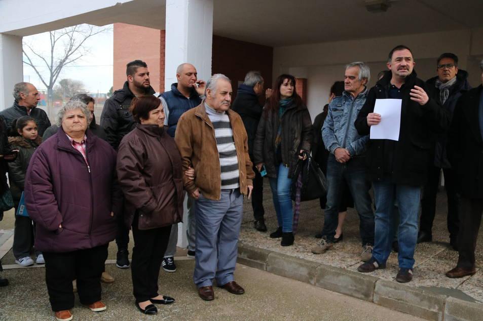 Concentració amb desenes de veïns mentre el president de la Federació d'Associacions de Veïns de Reus llegeix el manifest.