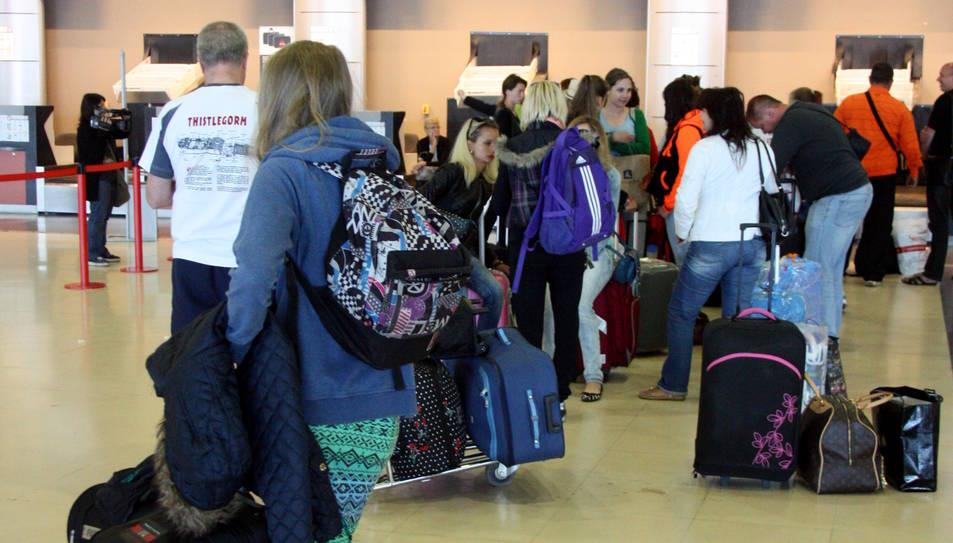 Una imatge d'arxiu de passatgers fent cua a l'Aeroport de Reus.