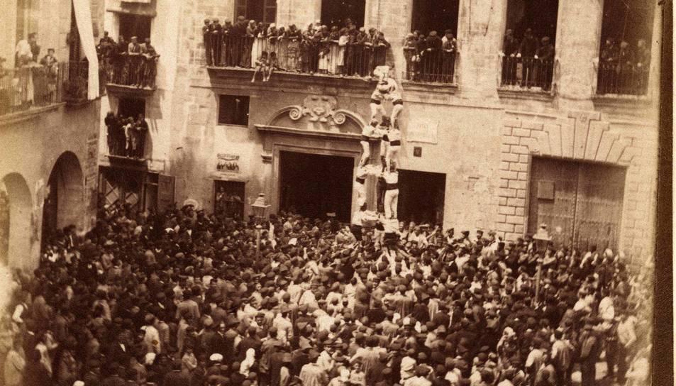Una imatge molt antiga de Valls, feta per Ramon Rozada, on el fotògraf va deixar un testimoni d'una actuació castellera.