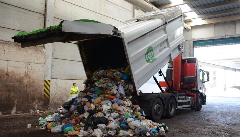 Tractament de la recollida selectiva, a la planta de compostatge de Botarell (Baix Camp).