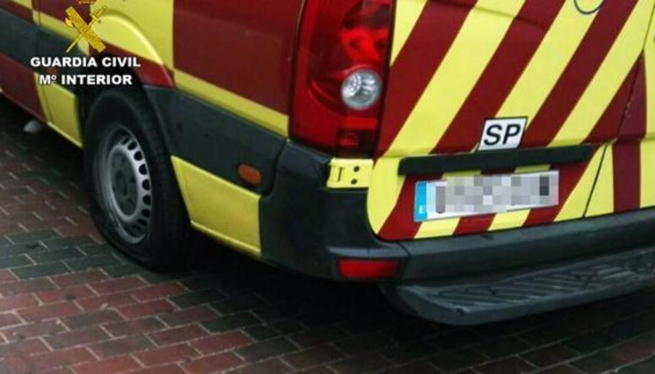 Els investigadors van efectuar una inspecció tècnica al vehicle que va permetre constatar que s'havien perforat tres dels quatre pneumàtics de l'ambulància.
