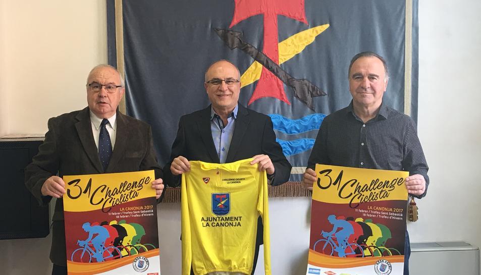 D'esquerra a dreta, el president del Club Ciclista la Canonja, Francesc Estellé Ros, amb l'alcalde de la Canonja, Roc Muñoz i el regidor d'esports, Paco Domínguez.