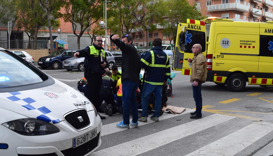 La Guàrdia Urbana i el SEM atenent a la dona atropellada.