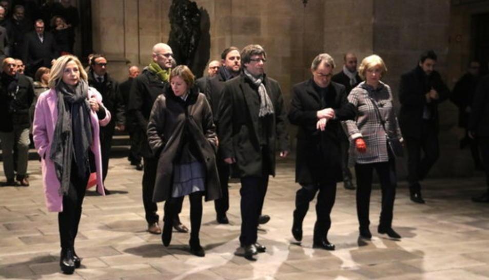 L'expresident Artur Mas mira el rellotge al costat del president de la Generalitat, Carles Puigdemont, i la presidenta del Parlament, Carme Forcadell; i Joana Ortega i Irene Rigau, a les cotxeres de la Generalitat, el 6 de febrer de 2016