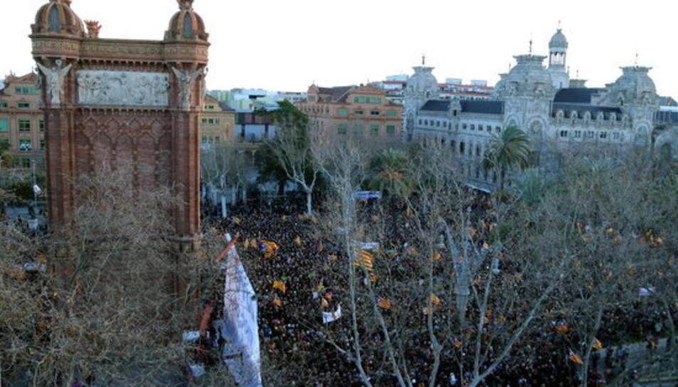 Pla general del Passeig Lluís Companys de Barcelona el 6 de febrer del 2017, primer dia del judici pel 9-N, on desenes de milers de persones han donat suport a Mas, Ortega i Rigau.