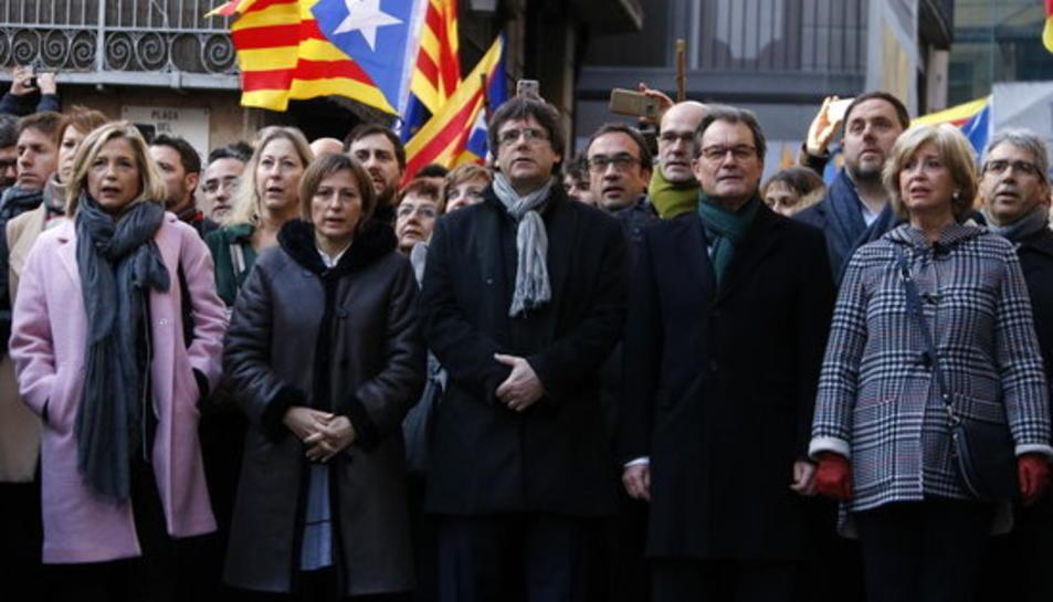 Artur Mas, Joana Ortega, Irene Rigau, el president de la Generalitat Carles Puigdemont, i la presidenta del Parlament, Carme Forcadell, canten Els Segadors al costat del Fossar de les Moreres, de camí cap al TSJC, aquest dilluns 6 de desembre