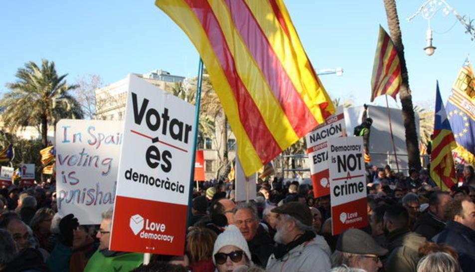Imatge de persones concentrades davant l'accés principal del TSJC amb cartells reivindicatius a favor de la democràcia el 6 de febrer del 2017
