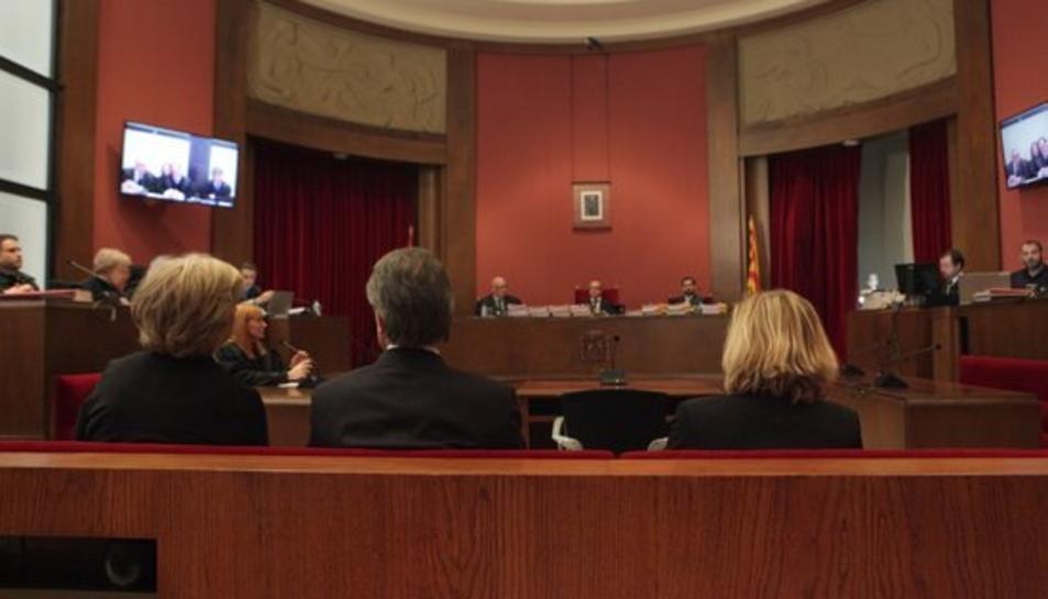 Mas, Ortega i Rigau, d'esquenes, davant del tres magistrats que formen el tribunal que jutjarà el cas del 9-N