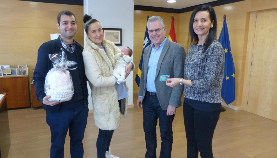L'alcalde, Pere Granados i la regidora d'Infància, Julia Gómez, amb la petita i els seus pares