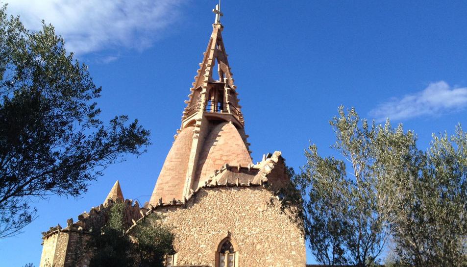 Imatge de l'exterior del temple dissenyat per Josep Maria Jujol.