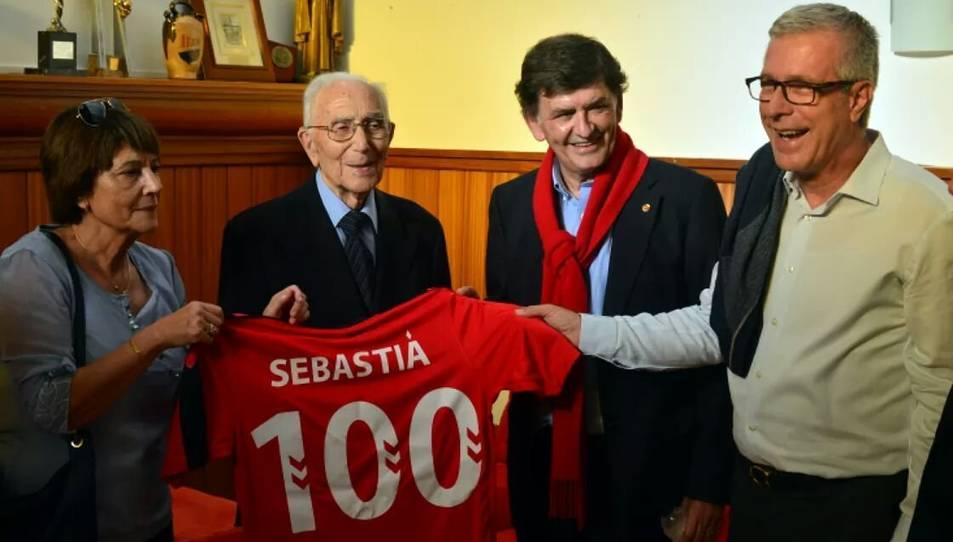 Fotografia publicada per l'Ajuntament de Tarragona de Sebastià Comas i una familiar, juntament amb el president del Nàstic i l'alcalde de Tarragona.