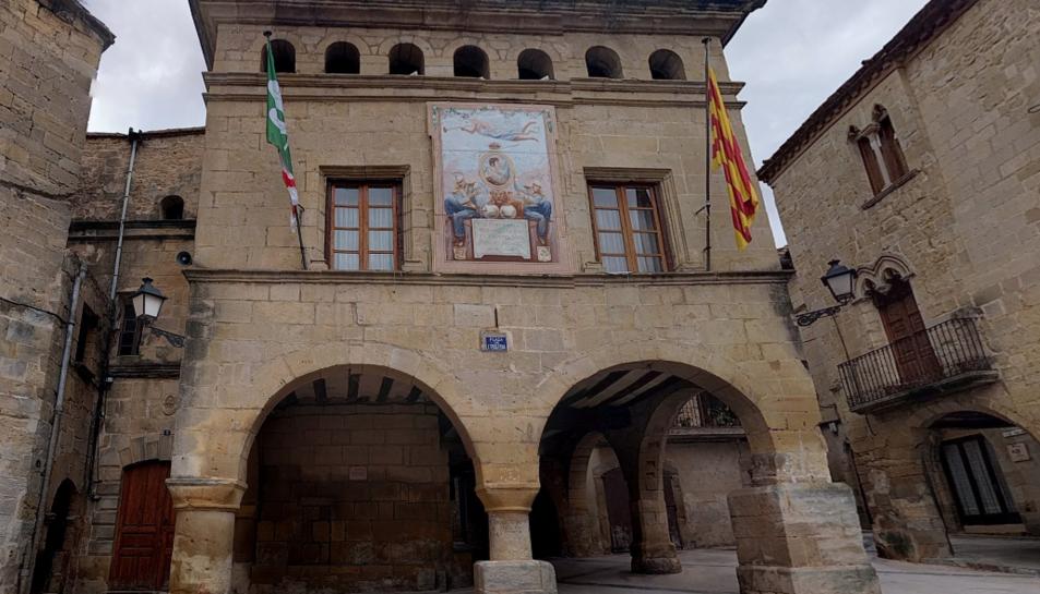 Façana del consistori, amb la còpia del dibuix original, on hi ha una imatge de Ferran VII al centre.