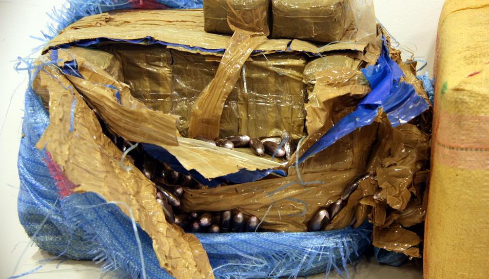 Un dels fardells d'haixix interceptats dels Mossos d'Esquadra a Deltebre obert mostrant el contingut.