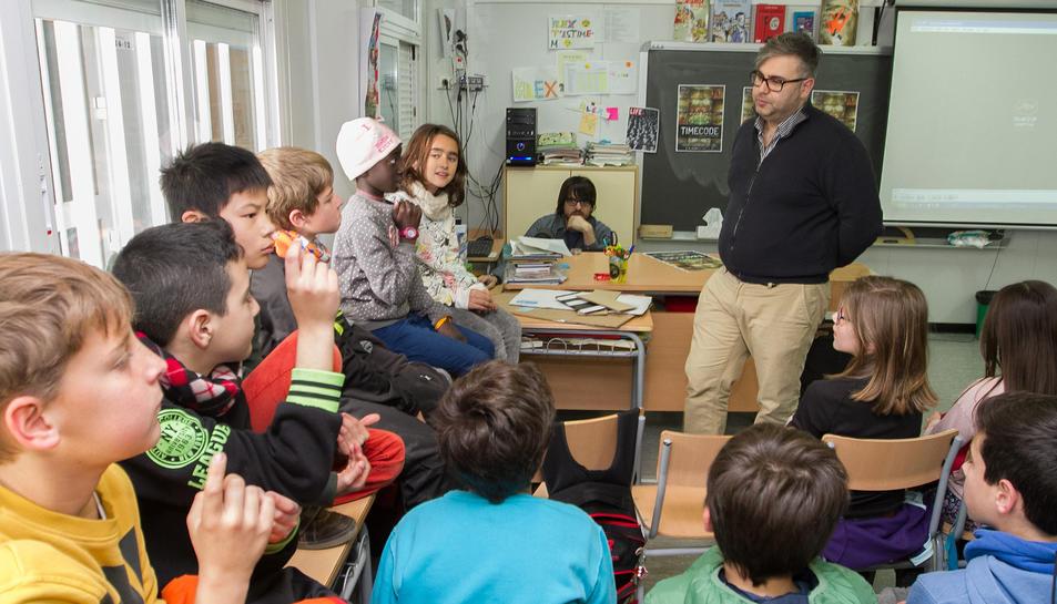 El director de l'ECIR, Daniel Villanueva, a l'aula de l'Escola Els Ganxets, aquest dimecres.