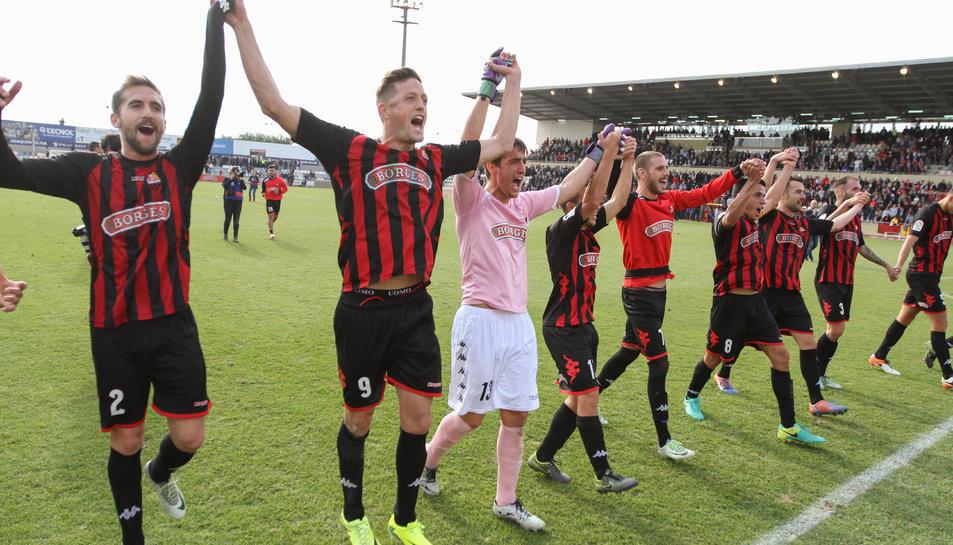 El punta roig-i-negre Edgar Hernández, al costat d'Alberto Benito i de la mà de l'arquer Edgar Badia, al centre, celebrant una victòria.