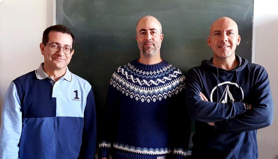 Pla mig de Sergio Gómez (esquerra), Albert Solé-Ribalta (centre) i Àlex Arenas (dreta), els investigadors del Departament d'Enginyeria Informàtica i Matemàtiques de la URV que han fet l'estudi
