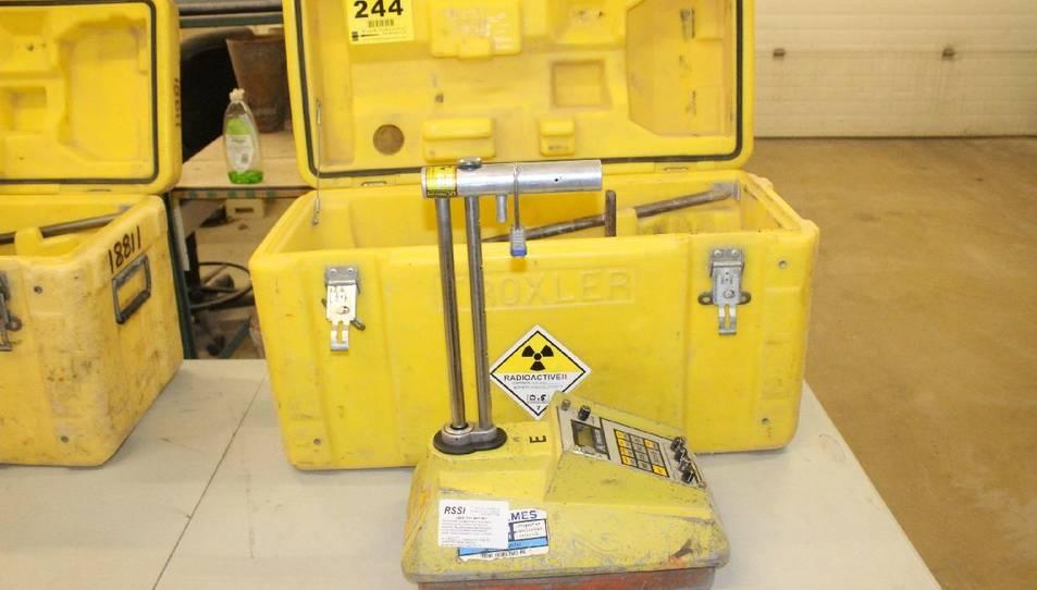 El maletí de color groc porta un equipament de mesura de densitat i humitat del terreny que conté fonts radioactives.