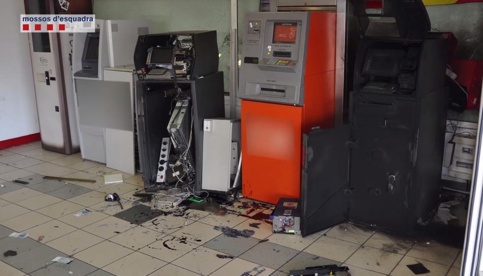 Imatge d'un dels caixers automàtics que l'organització va fer volar amb explosius.