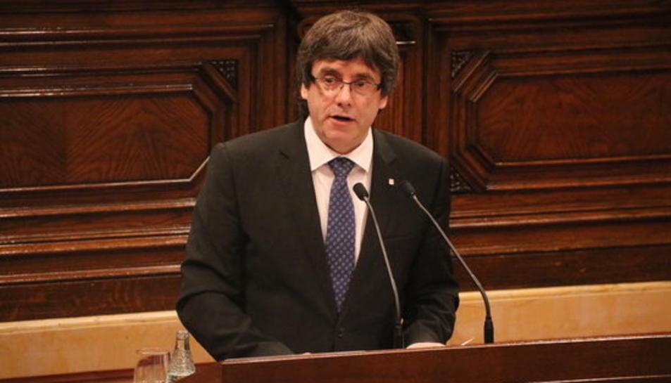 Pla mig del president de la Generalitat, Carles Puigdemont, des del faristol de l'hemicicle del Parlament.