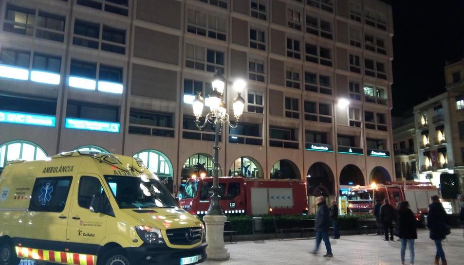 Els camions de bombers, que han apagat el foc en pocs minuts, i una ambulància del SEM, a la plaça Prim.