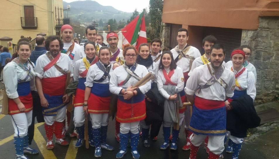 Els membres del Ball de Bastons de lArboç al País Basc.