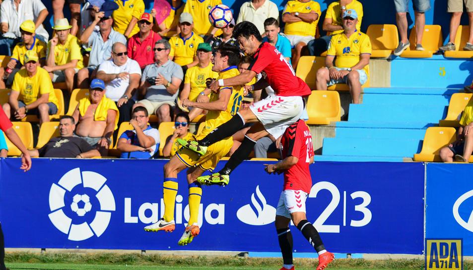 Daisuke Suzuki, en un salt durant el partit d'anada entre els tarragonins i el rival de dissabte, a territori madrileny.