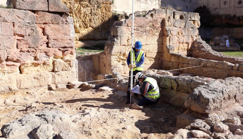 Els arqueòlegs rebaixen el terra d'una de les 'tabernae' descobertes en la zona comercial, en l'interior del Teatre.