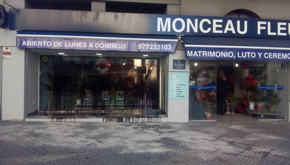 Imatge de l'establiment, situat a l'avinguda Prat de la Riba, d'ahir al matí amb l'aparador ple d'oli.