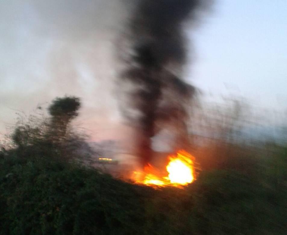 El foc ha provocat una negra columna de fum.