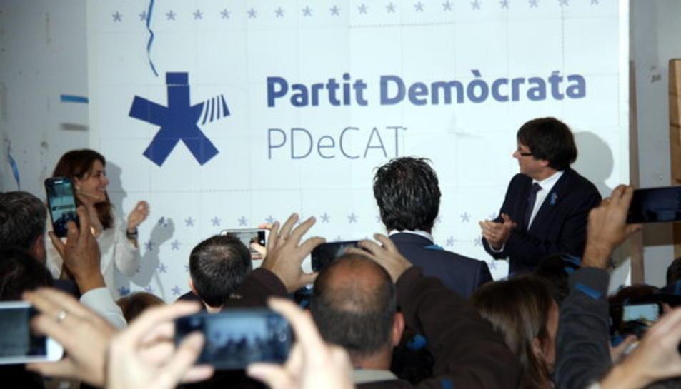 Marta Pascal i Carles Puigdemont descobreixen el nou logotip del PDECat, el 17 de desembre del 2016