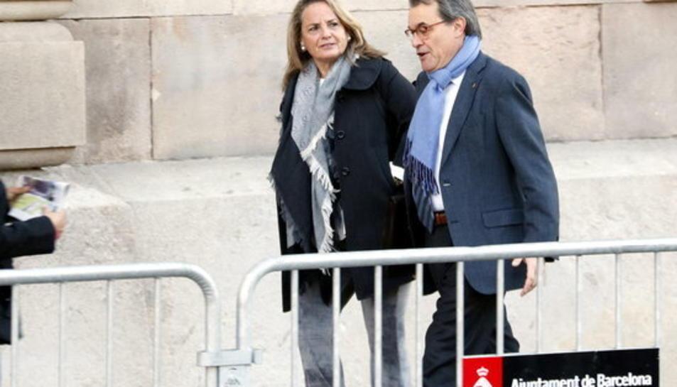 L'expresident de la Generalitat Artur Mas i la seva parella, Helena Rakosnik, arribant al TSJC per a la quarta edició del judici del 9-N, el 9 de febrer del 2017