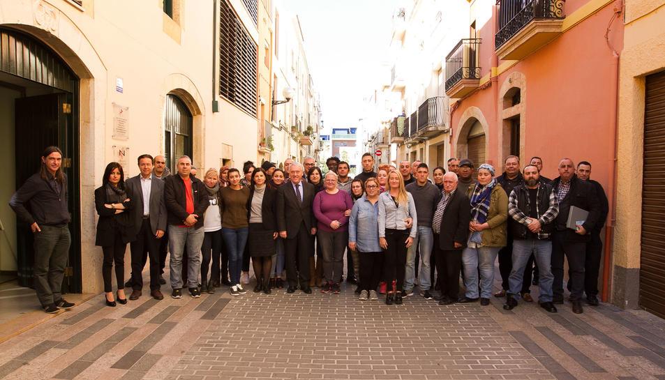 Imatge de l'aclade i els regidros amb els participants en el pla d'ocupació.