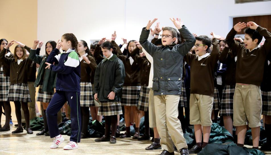 Els nens, durant la inauguració.